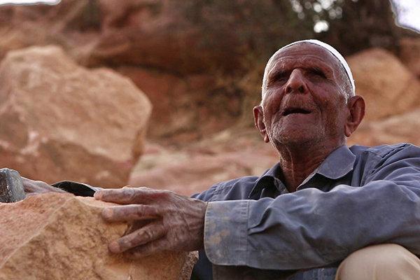 راز پیرمرد نابینا در آسک مستند شد، امرارمعاش با چشیدن سنگ ها